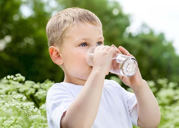 Uống nhiều nước có lợi cho sự phát triển chiều cao của trẻ